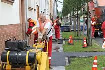 Dělníci opravují části chodníků v Englišově ulici. Zdejším obyvatelům se to jeví jako pouhé záplatování. Na pořádnou rekonstrukci prý nejsou peníze.