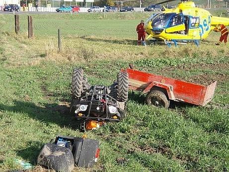 Čtyřkolka s vozíkem se v neděli srazila na přejezdu v Kozmicích s vlakem.