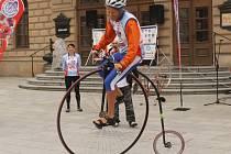 Devítinásobný mistr světa na vysokém historickém kole Josef Zimovčák v pondělí navštívil slezskou metropoli. Opava se totiž stala jednou ze zastávek slavného velocipedisty v rámci velké cyklotour Na kole dětem.