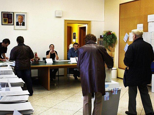 Podobné to pak bylo i ve volební místnosti v Komárově.