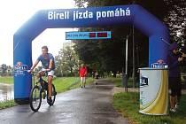 Každý cyklista znamenal na Hozově nábřeží pět korun na konto handicapovaných.
