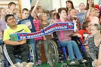 Děti měly z darů kobeřických fotbalistů radost.