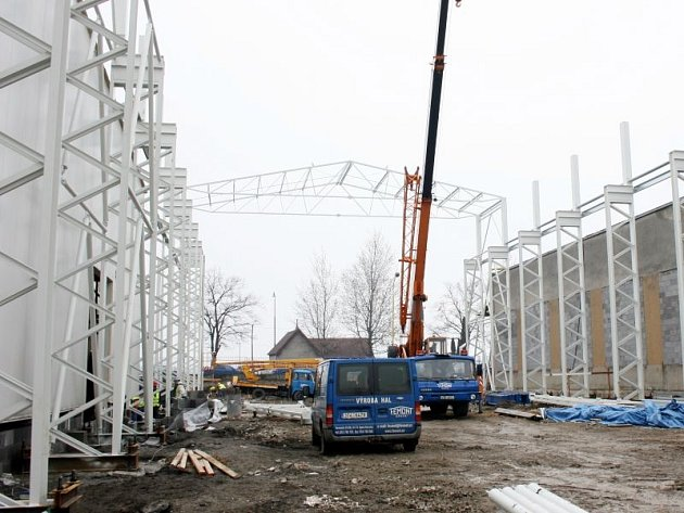 Stavba nové haly Armatury Group, která se zabývá výrobou průmyslových armatur, v Dolním Benešově byla zahájena v půli března.