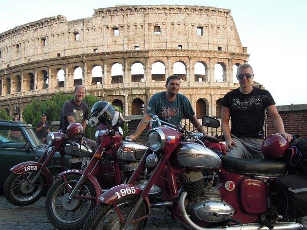 Zleva Pavel, Milan a Roman před slavným Koloseem.