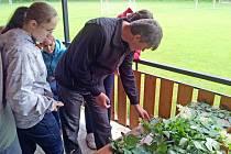 Pedagog Rostislav Herrmann a studenti Mendelova gymnázia na naučné stezce Hvozdnice zkoumají rostlinné vzorky.