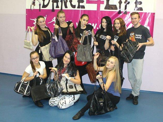 Snímek trenérů opavské taneční školy Dance4life, kteří se také zapojili do Kabelkového a kravatového veletrhu Deníku. Nejenže přispěli svými kabelkami, ale jejich vystoupení se stane součástí pátečního programu v OC Breda.
