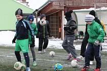 Umělá tráva v Hlučíně neslouží jen mužům, ale také třem stovkám malých fotbalistů.