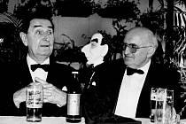 Eduard Haken (vlevo) navštěvoval Opavsko a vystupoval zde pravidelně (i díky Karlu Kosterovi) od roku 1984 do roku 1995. V pozadí na snímku je vidět figura napodobující mistra Hakena. Vytvořil ji tehdejší ředitel ZUŠ v Opavě Miloš Kačírek.