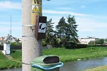 Jeden z odpadkových košů na Kolofíkově nábřeží. Naše čtenářka se domnívá, že těchto košů je podél řeky málo.