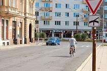 Olomoucká ulice. Odbor dopravy dal podnět k zavedení značky zákazu odbočení z Olomoucké ulice na Krnovskou. Řidiči zatím odbočovat doleva mohou.