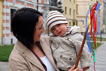 Čtrnáctiměsíční Kuba Schuster z Opavy šel koledovat se svou maminkou Hankou.