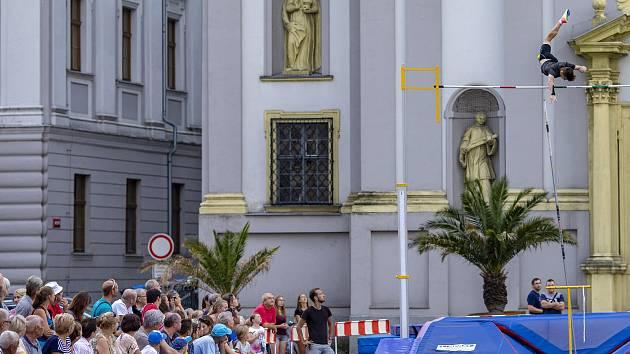 Další ročník tyčkařské exhibice na Dolní náměstí v Opavě.