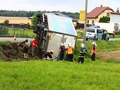 Hasiči v Darkovičkách museli z příkopu vyprošťovat nákladní vůz. Jeho řidič nebyl zraněn.