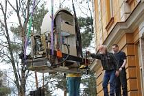 Dělníci vytahují pomocí jeřábu z nemocničního pavilonu vysloužilou gamakameru. V památkově chráněném pavilonu z roku 1901 pracovala třináct let a personál se s ní těžce loučil. Nahradila ji gamakamera nová a daleko modernější.
