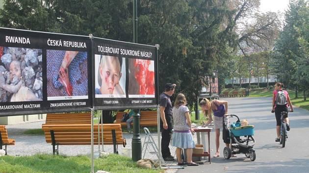 Ve středu se v Opavě objevili zvláštní hosté. Výstava, kterou umístili na veřejné prostranství před Střední zdravotnickou školu, neměla v Opavě obdoby.