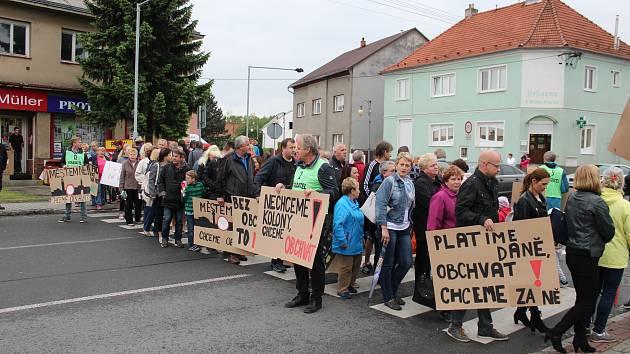 Občanům Benešova došla trpělivost, zablokovali silnici.