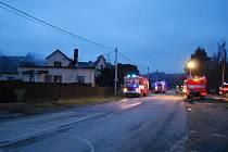 Zásah hasičů u požáru střechy rodinného domu v obci Jakartovice na Opavsku.