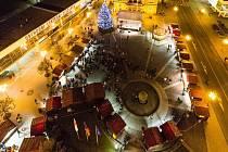 Náměstí začínají oplývat vánoční atmosférou a na řadě z nich se brzy rozsvítí vánoční stromy. Také na Opavsku brzy začnou adventní akce.