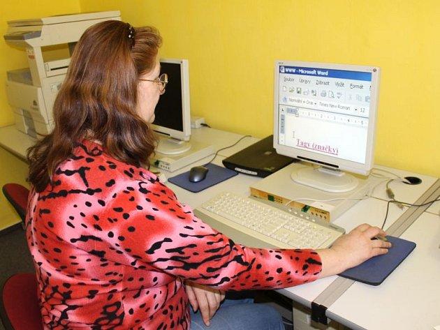 Paní J. S. se díky speciálně upraveným počítačům naučila vytvářet webové stránky.