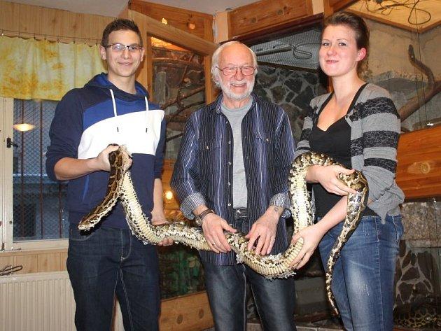 Více než třímetrová krajta jménem Oskar je ve Stanici mladých turistů a přírodovědců v Opavě velice oblíbená. Zleva Lukáš Výtisk, Pavol Hodák a Martina Čechová.