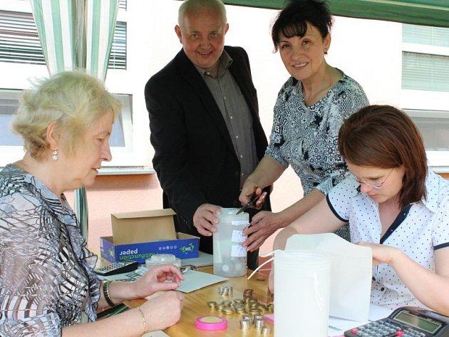 Kasičky rozpečetili starosta Hlučína Pavel Paschek a místostarostka Blanka Kotrlová.