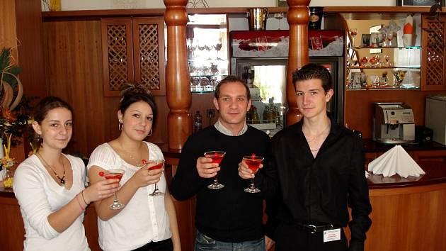 Zleva: Gwendoline, Melanie, francouzský pedagog Jean Pierre Selic a Alexandre připíjejí čtenářům Deníku.