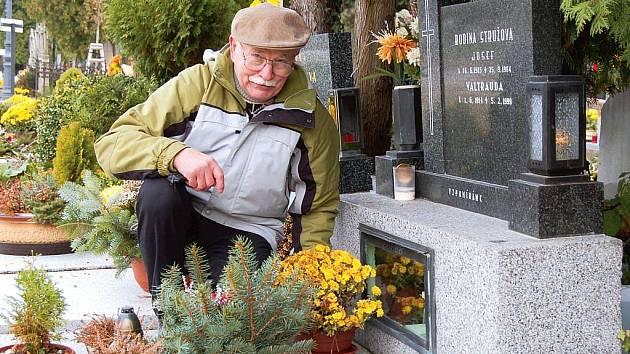 Až z Havířova přijel v pondělí do Opavy vzpomenout své blízké Stanislav Cihlář.