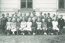 Paní učitelka Pravdová s 1. a 2. třídou, 1951.