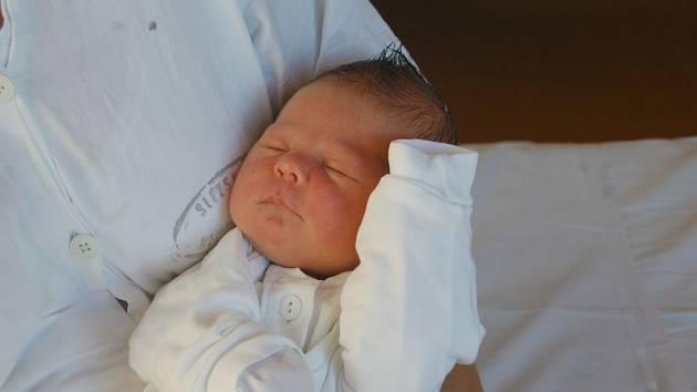 """Viktorie Rinková se narodila 3. října, vážila 3,30 kg a měřila 50 cm. """"Hlavně zdraví a ať se jí splní, po čem touží,"""" přáli rodiče Iveta a Marek z Kravař s bráškou Šimonkem."""
