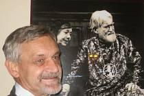 Syn Ilja pod fotografií svého otce Ilji ve Vinohradském divadle.