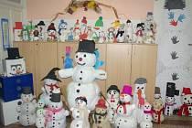 Na základní škole a Gymnáziu Vítkov vytvořili pro charitativní účely 130 sněhuláků vyrobených ze všech možných materiálů.