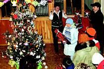 Vánoční stromeček se všemi soutěžními ozdobami.