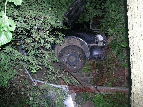 Auto vnoci na neděli vKlokočově narazilo do plynové přípojky.