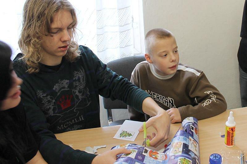 Sedmnáct deváťáků Základní školy Mařádkova ve čtvrtek přivítalo jedenáct malých dětí s mentálním postižením ze ZŠ Slezského odboje. Pomáhali jim při kreslení, vyrábění papírových ozdob či dárků.
