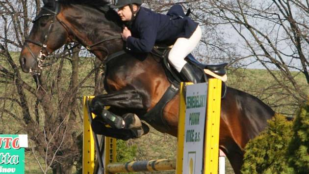 Jan Zwinger s koněm Tudorem z domácího oddílu Opava–Kateřinky zvítězil v soutěži L (120 cm).