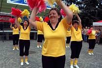 Mažoretkou i ve zralém věku. Źe to lze, dokázaly ženy ze skupiny Holky z naší školky na pondělním Dnu s Deníkem v Hradci nad Moravicí.