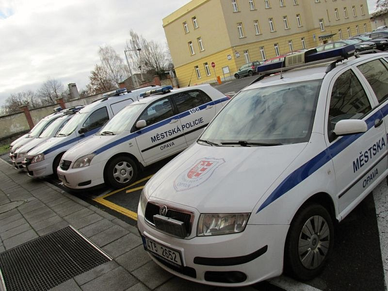 Opavští strážníci opilce a bezdomovce převáží ve služebních vozech. Jako ochranu před možným znečištěním používají igelity.