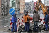 Na křižovatce Olomoucké a Mírové v Opavě se na celkových opravách prasklého potrubí usilovně dělalo ještě v úterý odpoledne.