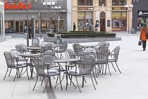 """Jednou z mála restauračních zahrádek, která už v nyní v Opavě funguje, je ta u Café Kramer na Horním náměstí. Jak vidno, v úterý dopoledne se tu ale ještě příliš hostů """"nevyhřívalo""""."""