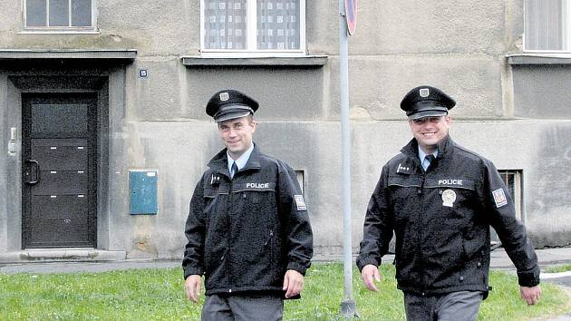 Policisté před domem číslo patnáct na ulici Joy Adamsonové v Opavě. V sobotu vpodvečer zde podnapilá žena bodla do hrudníku čtyřiašedesátiletého muže.
