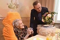 Paní Otilie Moravcová s náměstkem hejtmana Jiřím Navrátilem při své loňské oslavě 100 let.