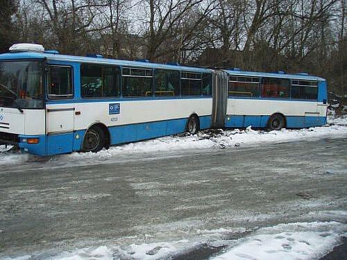 Špatný odhad a nejspíš také zbytečné riskování. Tyto dva faktory se staly osudnými pro řidiče autobusu Dopravního podniku Ostrava, který se pokusil v pondělí v půl čtvrté odpoledne otáčet na zledovatělé silnici točny v hlučínské ulici Edvarda Beneše.