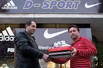 Tomáš Kretek (vítěz podzimního kola soutěže) a manažer obchodu Petr Remeš před prodejnou D–sport v Opavě.