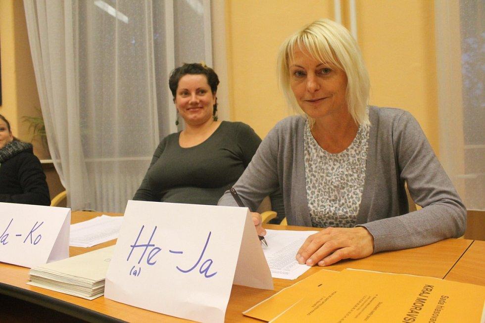 Členka redakce Opavského a Hlučínského deníku Ivana Adamčíková ve volební komisi.