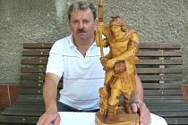 Petr Barč se sochou sv. Floriána.