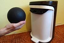 Model černé díry jako odpadkový koš.