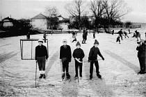 Takto se na Bartošovci bruslilo v minulosti. Na snímku starém čtyřicet let můžeme vidět zdejší malé hokejisty.