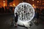 Slavnostního rozsvěcení vánočního stromu na Dolním náměstí v centru Opavy se dnes zúčastnily tisíce lidí.