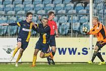 Machálkovi v akci! Tomáš Máchalek (vlevo) se raduje poté, co vstřelil gól do branky Zlína. Vzadu jako rozhodčí jeho o čtyři roky starší bratr Jan.