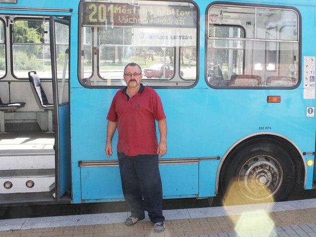 Řidič trolejbusu Zbyněk Gibes potvrdil, že v kabině svého stroje při velkých vedrech někdy není k vydržení.